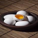 賞味期限が1日、2日過ぎてしまった生卵は食べられる?